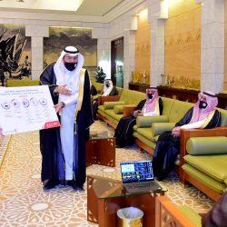 رواد كشافة محافظة المجمعة يساهمون بتوزيع هدية الصيف للعمال