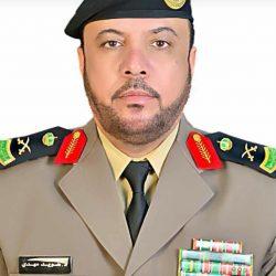 معالي وزير الصحة يكرم الاخصائي النفسي علي الغريب