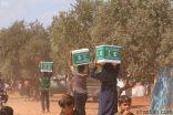 مركز الملك سلمان للإغاثة يوزع 2,007 سلال غذائية في عدة مخيمات في مناطق سراقب وسرمين ومعرة في الشمال السوري