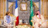سمو ولي العهد يجتمع مع وزيرة القوات المسلحة الفرنسية ويستعرضان التعاون الثنائي بين البلدين